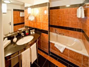 Offenes Marmorbad in einer Juniorsuite im Neptun Hotel Kühlungsborn