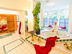Sauna mit Whirlpool-Wanne im Neptun Hotel Kuehlungsborn