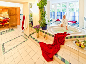 Sauna mit Whirlpool Wanne im Neptun Hotel Kuehlungsborn